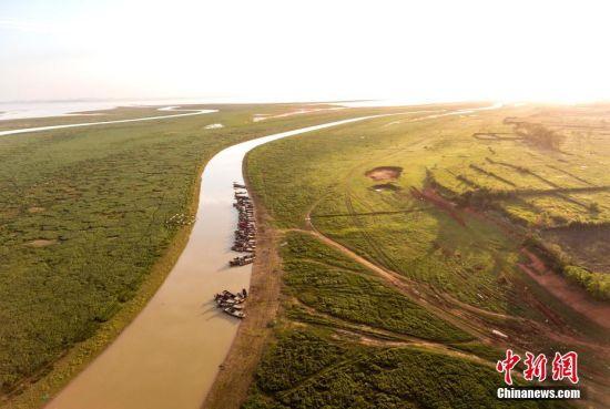 俯瞰鄱阳湖冬日美景玉带环绕 泽丰水美(图)