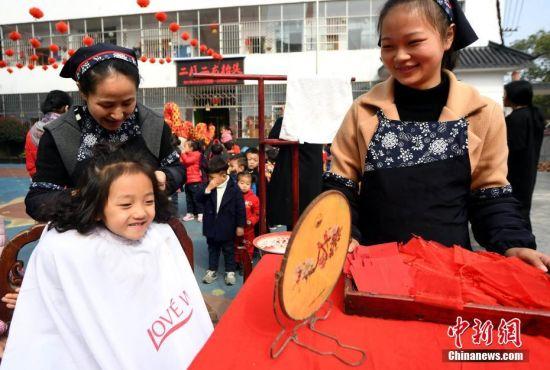 """二月二""""龙抬头""""龙8国际娱乐手机登录儿童理发舞龙传习俗"""