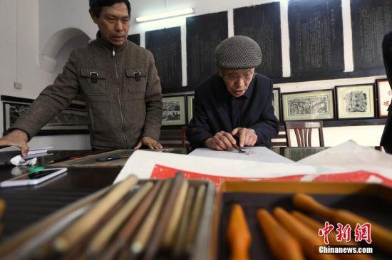 龙8国际娱乐手机登录三代版画家的工匠精神接力