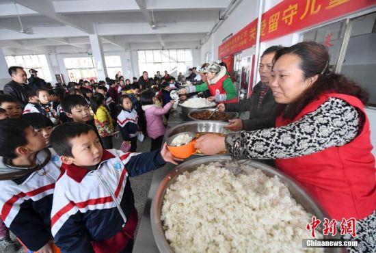 """龙8国际娱乐手机登录千名留守儿童共享""""爱心午餐"""""""