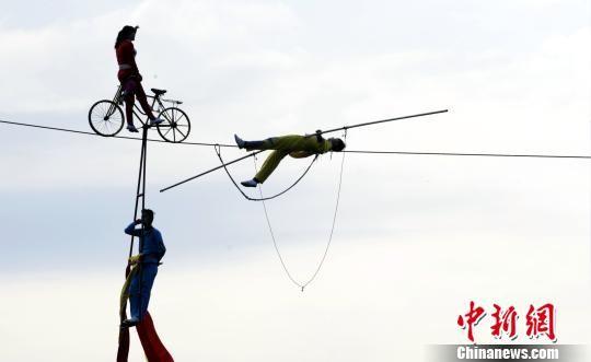龙8国际娱乐手机登录龙虎山景区上演高空单车走钢丝