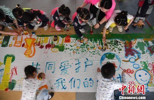 """龙8国际娱乐手机登录新余幼儿绘画创作迎""""世界地球日"""""""