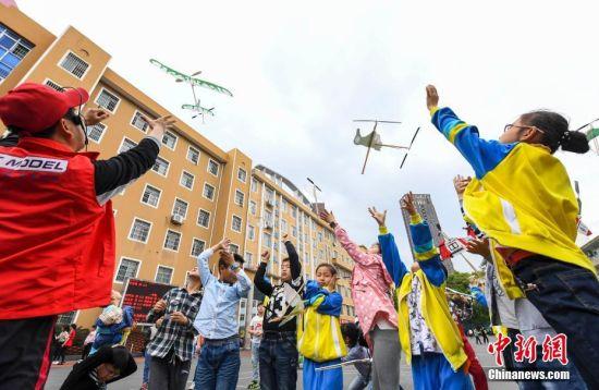 龙8国际娱乐手机登录小学生亲手制作飞机火箭模型