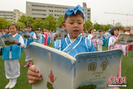 世界读书日 航拍江西学童诵读国学经典