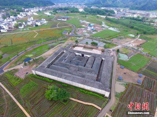 航拍中国最大方形围屋赣州东生围 九井十八厅