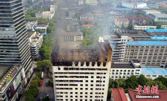 南昌一闲置高层建筑起火冒烟 航拍事故现场