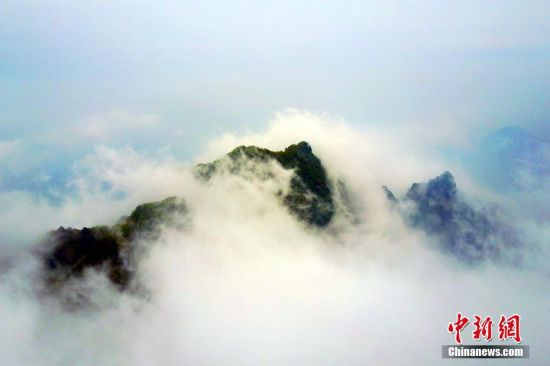 航拍道教圣地武当山 云雾缭绕如仙境