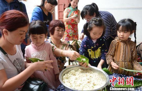 涂彩蛋、包粽子:江西民俗村里迎端午