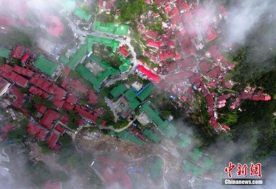 鸟瞰庐山牯岭镇:红绿屋顶 绿荫掩映
