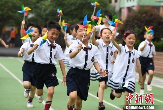 龙8国际娱乐手机登录学童毕业季:创意照留下童真记忆