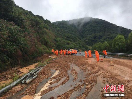暴雨致2018新开户送体验金多条高速公路泥石流、塌方
