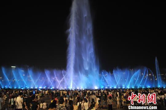 酷暑难耐 江西民众观喷泉享清凉