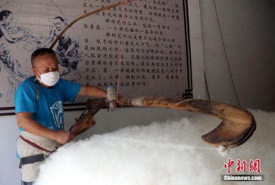 探访龙8国际娱乐手机登录黎川老街上的传统手艺——弹棉花