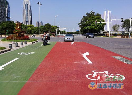 南昌主干道出现彩色路 老城区和红谷滩新区已试用
