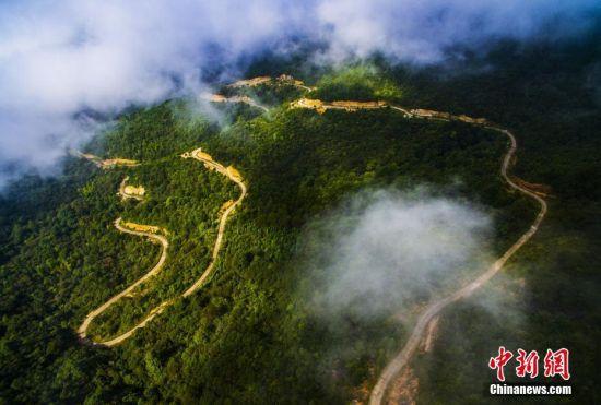 航拍注册送白菜网铅山山间公路 云雾缭绕宛如仙境