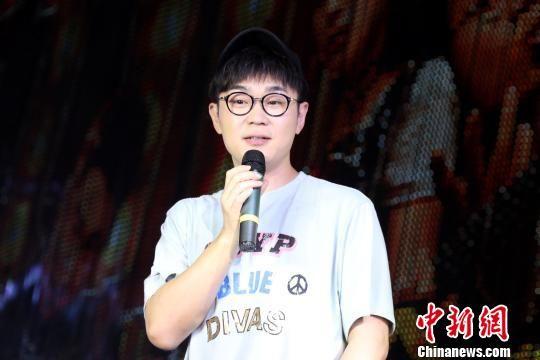 大鹏现身最全送彩金白菜网站宣传推介电影《缝纫机乐队》