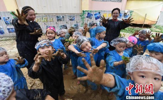 """抓泥鳅、打泥仗 学童体验""""回归自然""""主题课堂"""