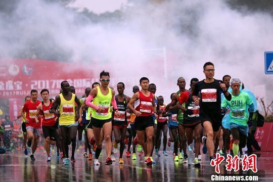 注册送白菜网瑞金国际半程马拉松雨中开跑