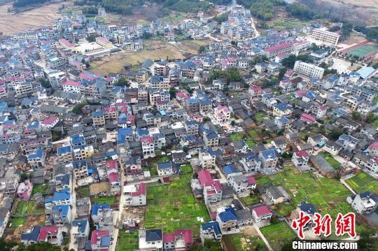 航拍德兴古村农舍群 栉比鳞次红蓝相间