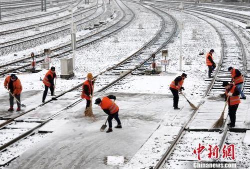 九江迎来首场降雪 铁路工人打冰扫雪保安全