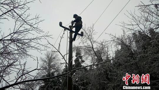 雨雪天气致龙8国际娱乐手机登录部分线路停电 电力工人冒雪抢修