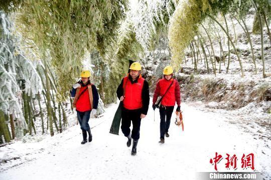 龙8国际娱乐手机登录电力人员翻山越岭抢修电力线路