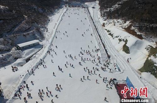 航拍南方游客乐享滑雪运动 体验冰雪魅力
