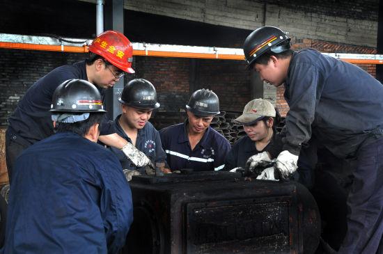 丰城矿务局尚庄煤矿机修厂大修班工作照