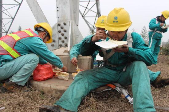 2018新开户送体验金省送变电建设公司特高压输电运检分公司:狼吞虎咽的午餐