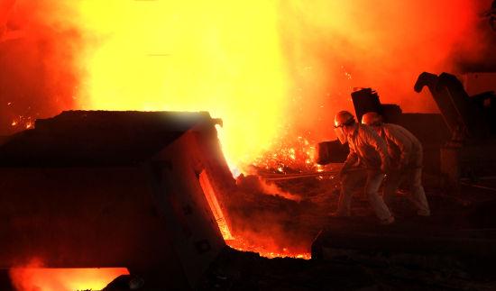 新钢公司第一炼铁厂9号高炉工长班火红的铁水红火的生产