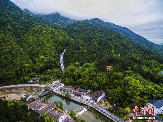 龙8国际娱乐手机登录铅山畲乡风景秀丽 航拍百米瀑布飞流直下
