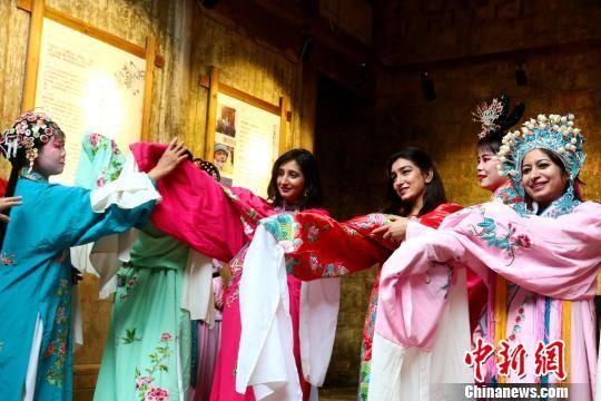 留学生体验中国新农村:学戏曲 干农活