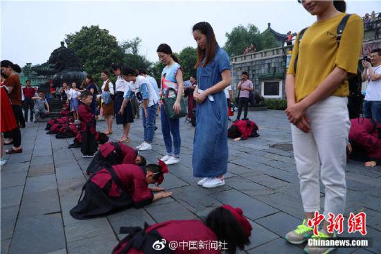 龙8国际娱乐手机登录百名萌娃集体跪拜为妈妈献礼