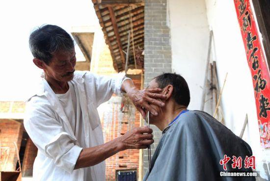 龙8国际娱乐手机登录七旬游乡理发师 服务乡邻50余年