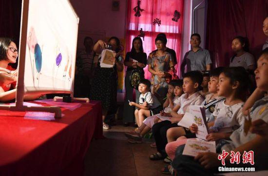 """龙8国际娱乐手机登录学童感受传统文化迎""""六一"""""""