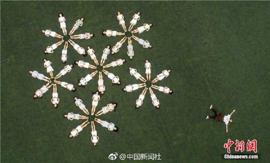 1个藏族男生和41个女同学的创意毕业照