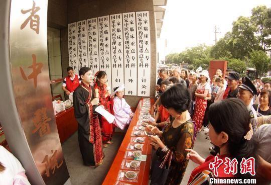 龙8国际娱乐网址市民排长队领中药香囊迎端午