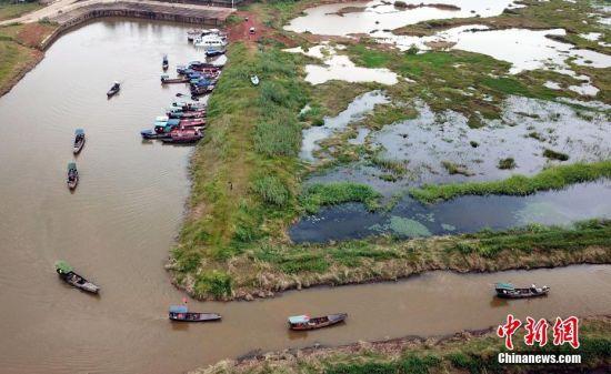 鄱阳湖禁渔期结束 船只列队出发捕鱼