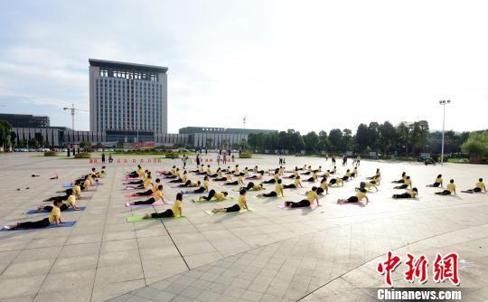 国际奥林匹克日 龙8国际娱乐手机登录泰和广场民众练瑜伽