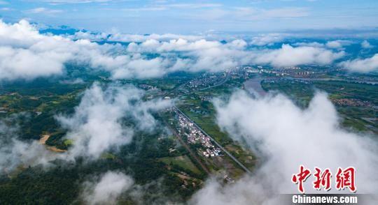 航拍龙8国际娱乐手机登录分宜县云雾绕青山 田园入画来