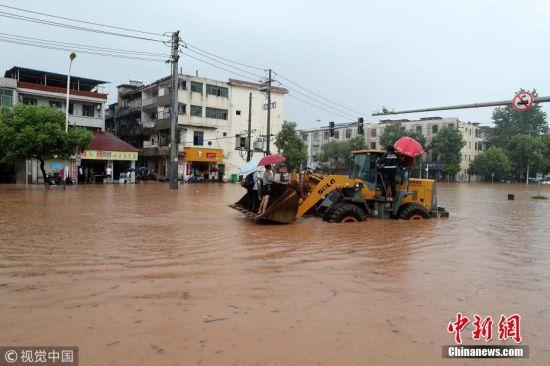 大暴雨来袭 龙8国际娱乐手机登录抚州民众坐铲车出行