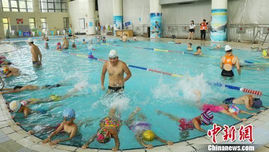最全送彩金白菜网站免费游泳培训班开课 小学员学习游泳技能