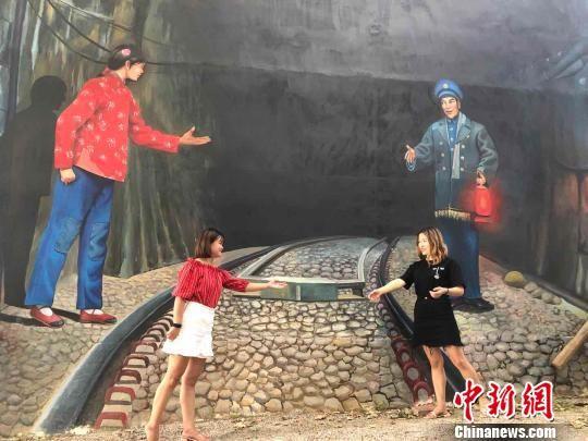 """注册送白菜网""""网红村"""":3D立体画""""跳""""上村民围墙"""