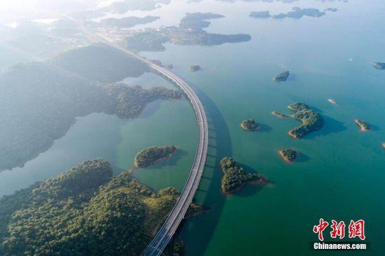 航拍龙8国际娱乐手机登录最美水上公路 穿行千岛颜值爆表