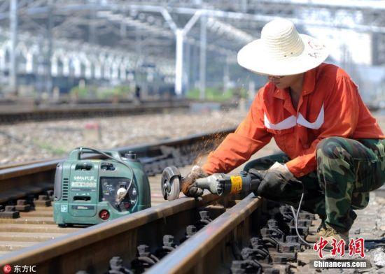 注册送白菜网高温橙色预警:铁路工人战高温保暑运