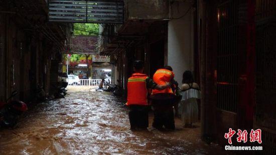强降雨致龙8国际娱乐手机登录定南局部内涝 消防解救被困老人