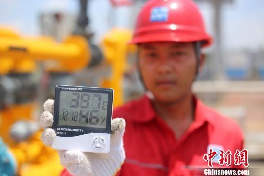 战高温斗酷暑:烈日下的龙8国际娱乐手机登录燃气工人