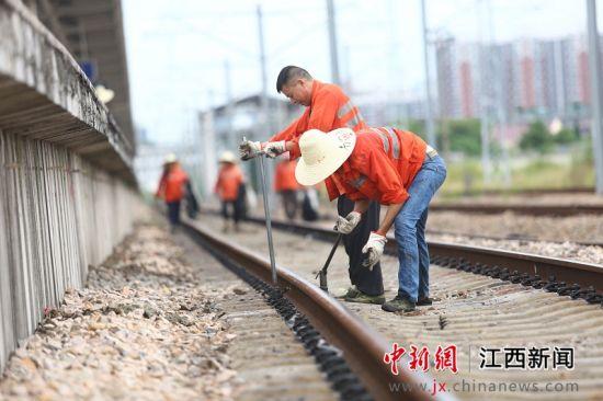 """迎战高温""""烤""""验 烈日下的铁路工人"""