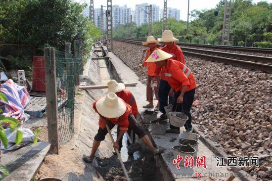 铁路工人战高温维修排水设施