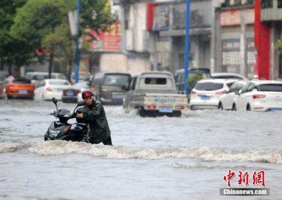 """受台风""""云雀""""外围影响 九江遭暴雨袭击"""